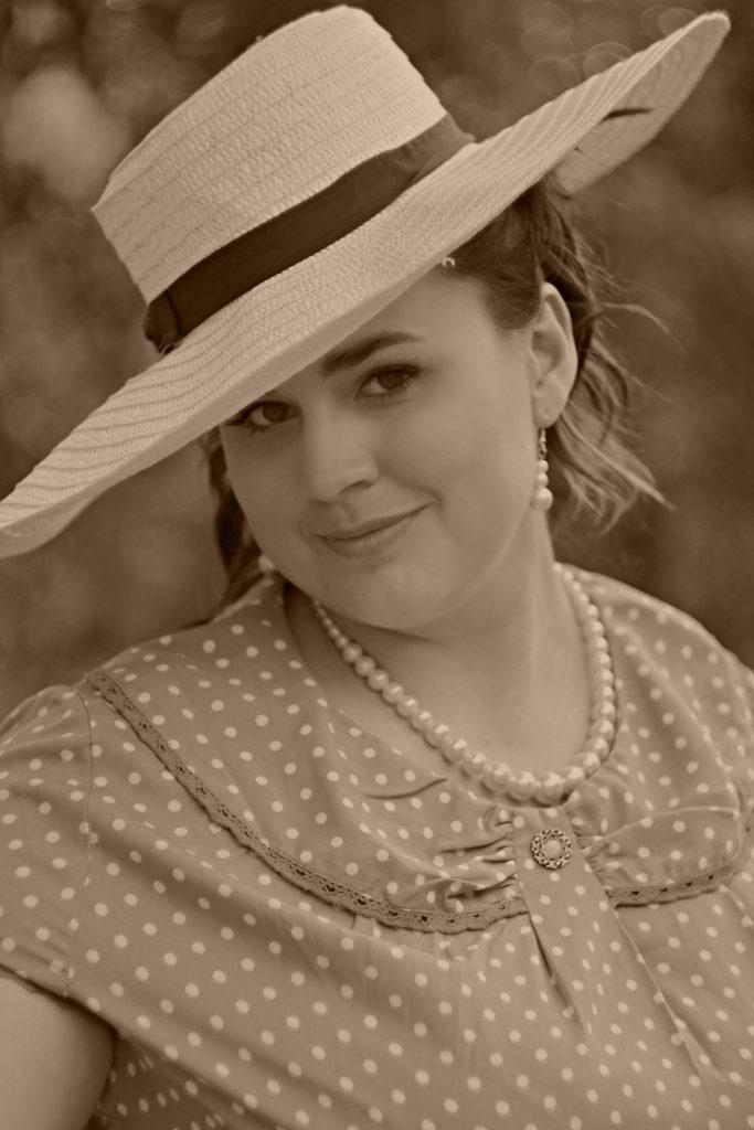 Mijn alt-text Model met glimlach en hoed in sepiatinten